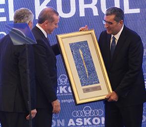 Cumhurbaşkanı Sayın Recep Tayyip Erdoğan ASKON Genel Kurulunda Pankobirlik Genel Başkanı Recep Konuk'a Plaket Verdi